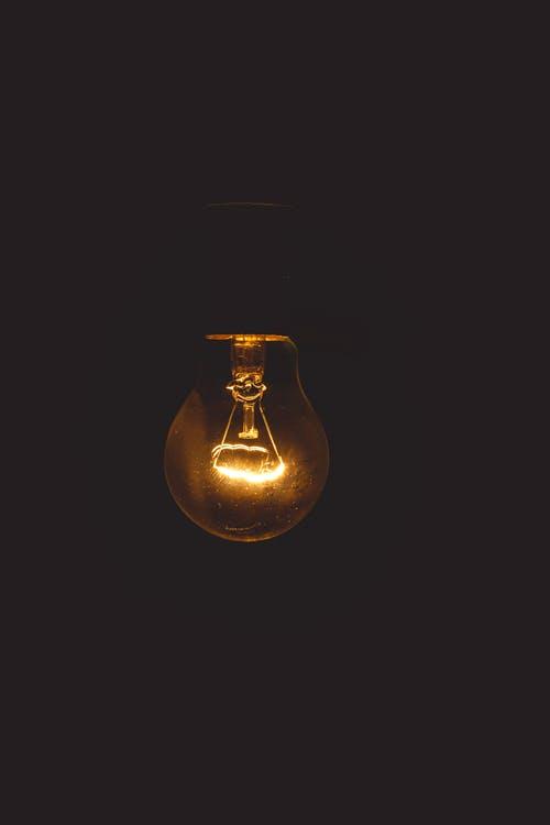 Bombilla en la oscuridad